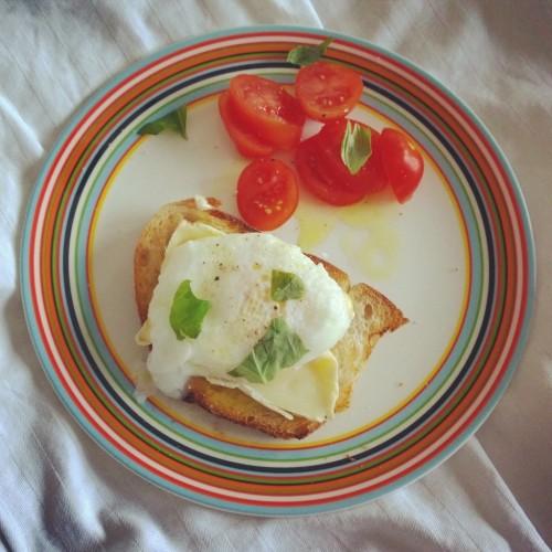 Underbara frukost med brie och pocherat ägg på surdeg