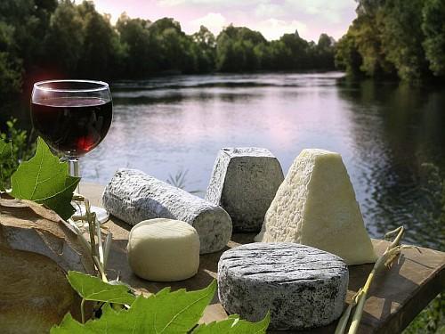 Här flyter floden Loire som av en händelse förbi en härlig ostbricka. Foto lånat från Loire Valley Tours.